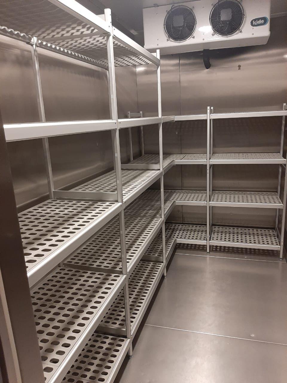 Алюминиевые стеллажи с пластиковыми полками для холодильных камер